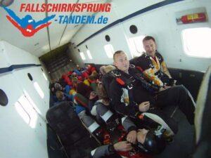 Passagiere beim Fallschirmsprung