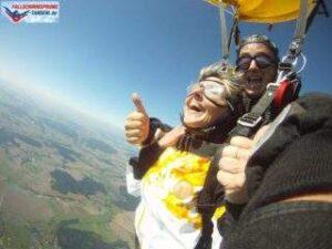Fallschirmspringen Tandemsprung Kundin ganz glücklich