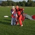 Daumen Hoch beim Fallschirmspringen mit Kinder
