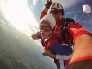 Fallschirmsprung mit Kinder