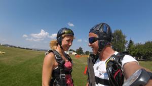 Fallschirmspringerin wiederholt mehrere Tandemsprünge