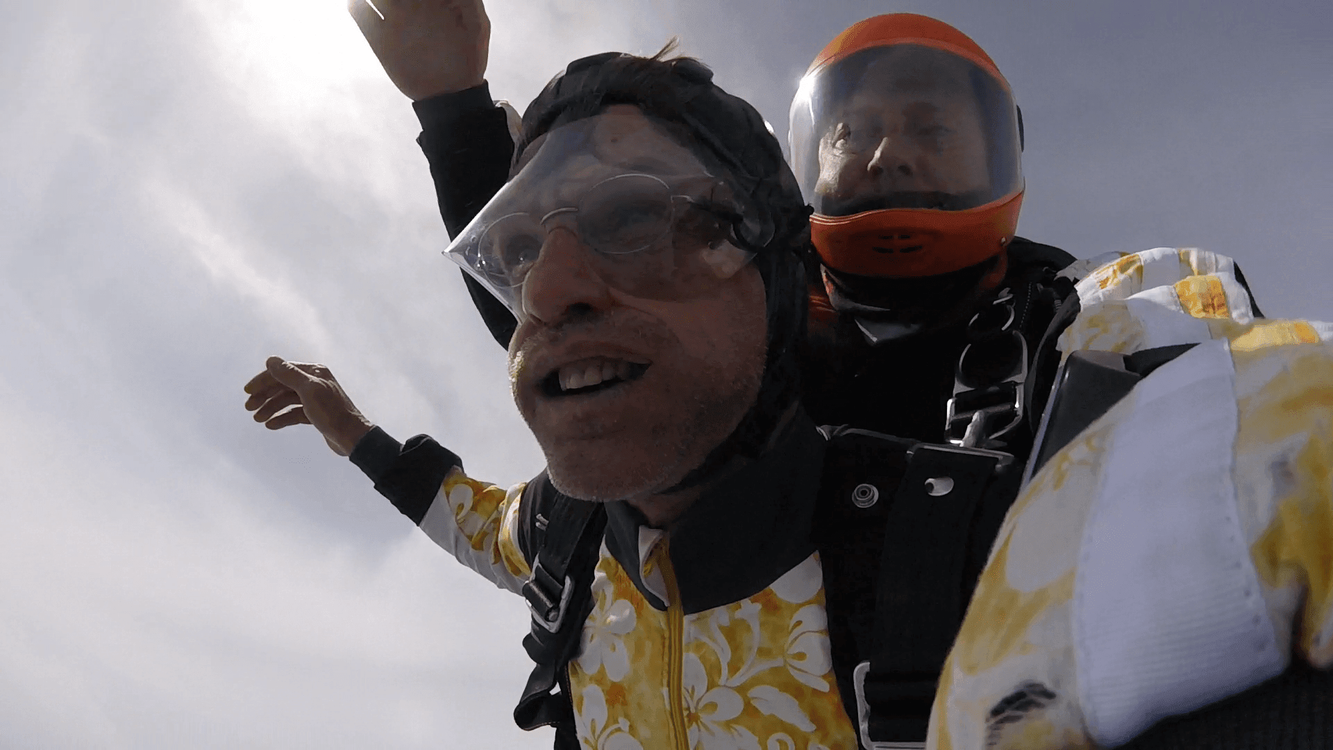 Mund offen beim Tandem Fallschirmsprung im Freifall