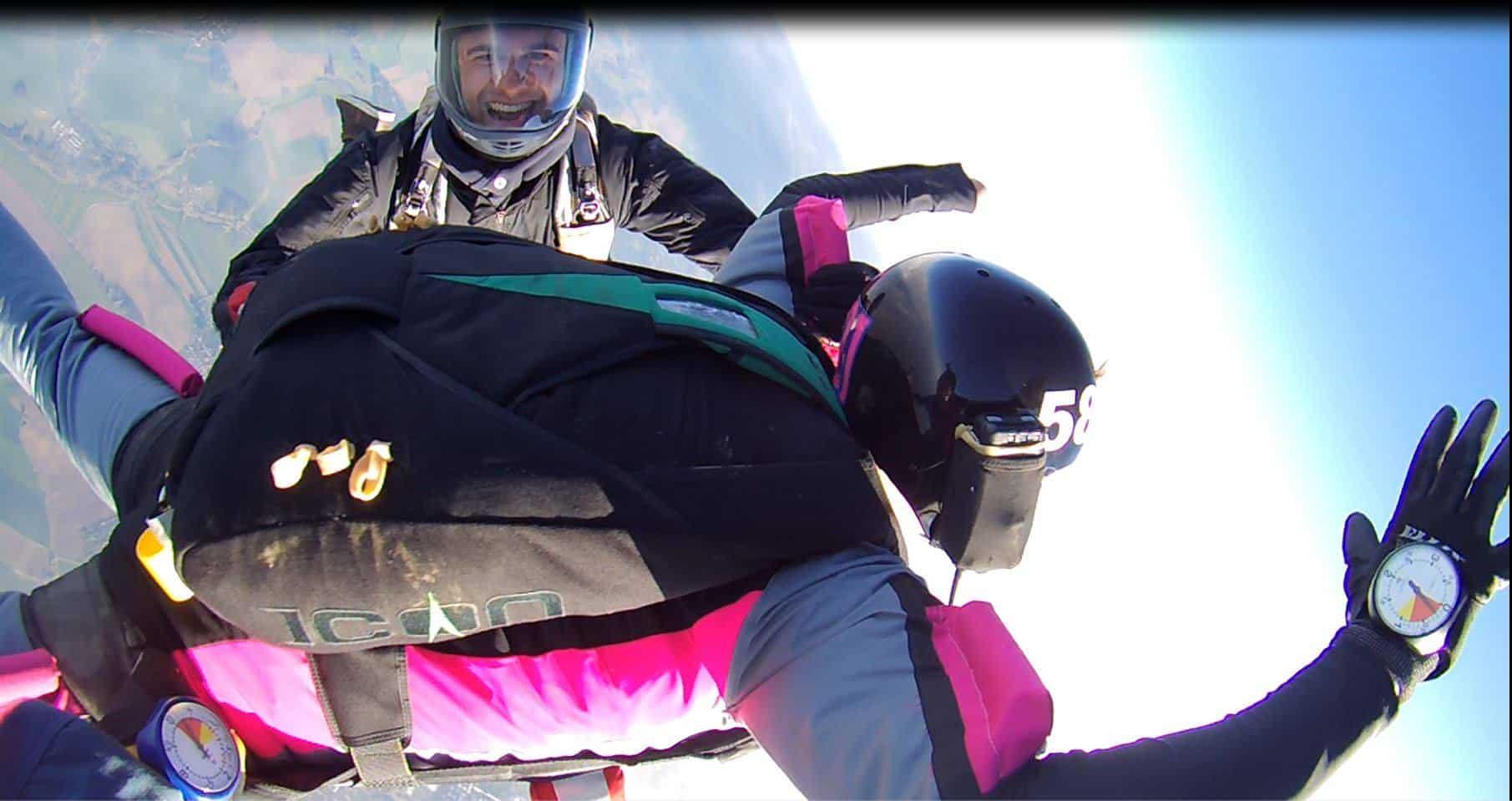 Level AFF Sprung mit zwei Fallschirmsportlehrer