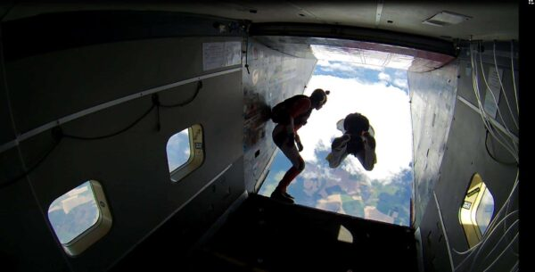 AFF Schüler springt aus Flugzeug