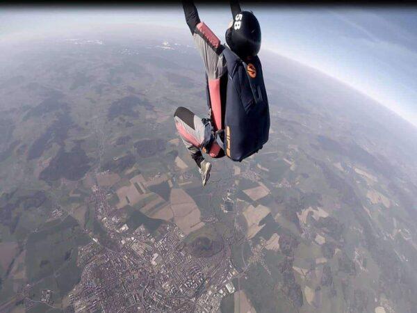 Fallschirmspringer Salto rückwärts AFF Ausbildung