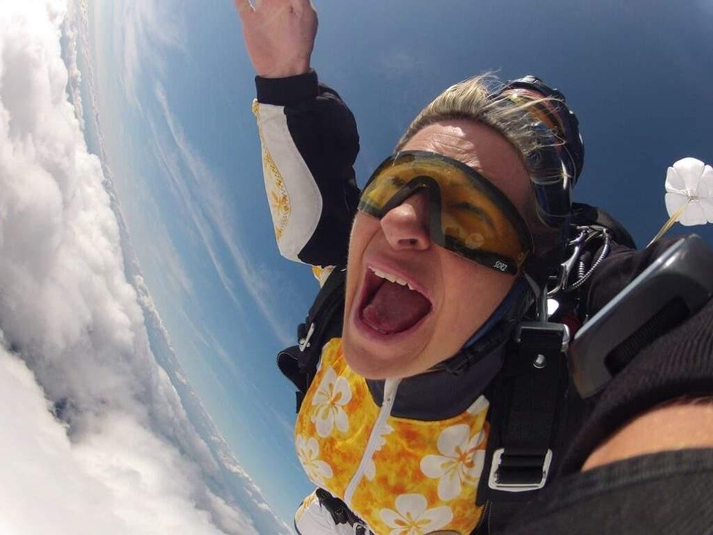 Skydiving Abenteuer mit Fallschirmsport Schatt. Der Tandemsprung Anbieter aus Bayern mit seinem Team freut sich auf Ihr Besuch.