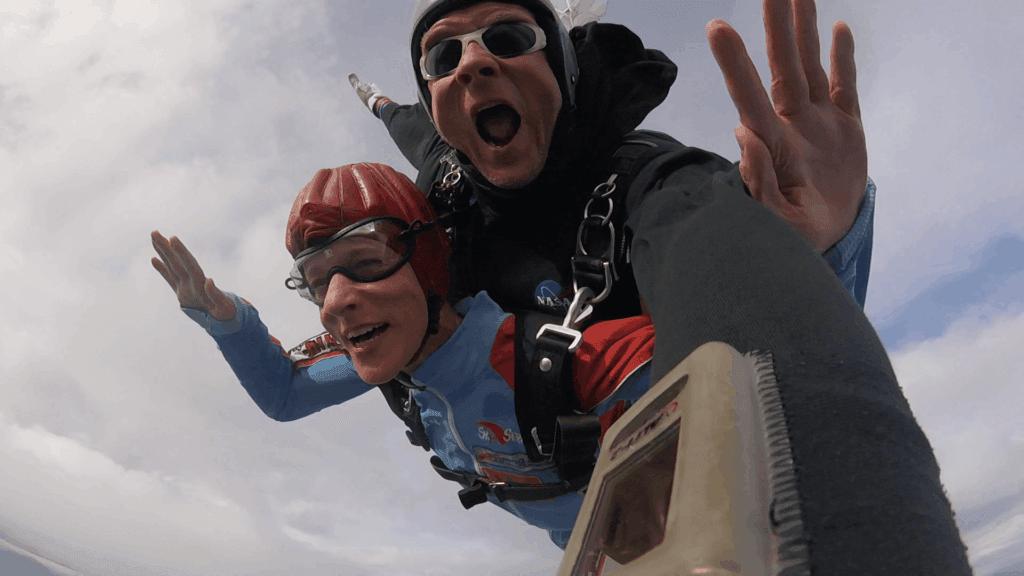 Fallschirmspringen mit Handicap Rollstuhlfahrerin